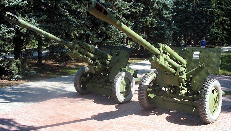 76-мм пушки ЗИС-3 у памятника.