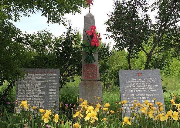 п. Ивано-Анновка Запорожского р-на. Братская могила 128 советских воинов и памятник воинам-односельчанам.