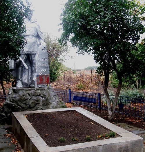 п. Камышеваха Ореховского р-на. Памятник, установленный на братской могиле, в которой похоронено 6 советских воинов.