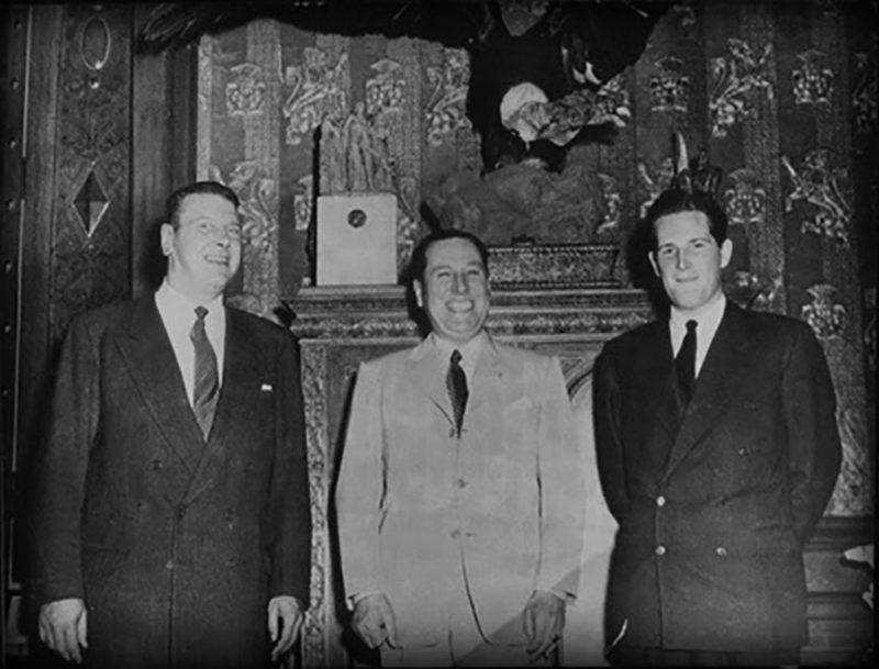 Отто Скорцени (слева) и аргентинский президент Хуан Перон (в центре).