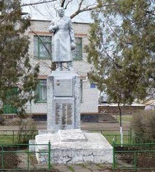 п. Кирпотино Ореховского р-на. Памятник, установленный на братской могиле воинов, погибших при освобождении поселка.