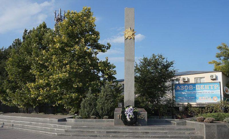 п. Кирилловка Акимовского р-на. Памятник у школы, установленный на братской могиле советских воинов и памятник воинам-односельчанам.
