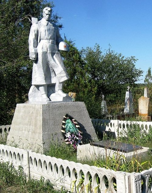 с. Луговское Ореховского р-на. Памятник на кладбище, установленный на братской могиле, в которой похоронено 4 советских воина.