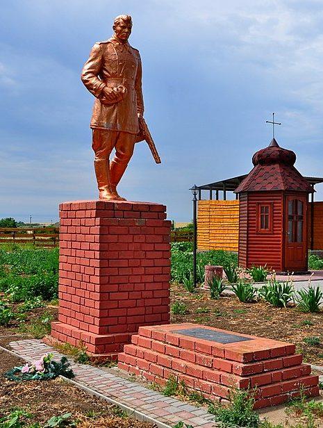 с. Малая Терновка Акимовского р-на. Памятник, установленный на братской могиле, в которой похоронено 4 советских воина.