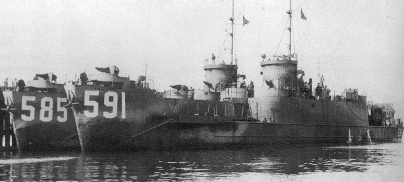 Большие пехотные десантные корабли USS LCI (L) -585 и USS LCI (L) -591 в Холодной бухте. 29 июля 1945 г.