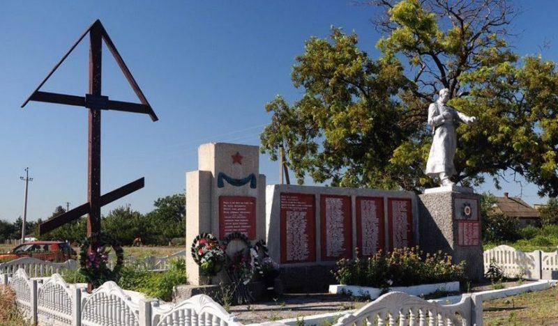 с. Новоданиловка Акимовского р-на. Памятник, установленный в 1965 году у братских могил, в которых перезахоронено 54 советских воинов.