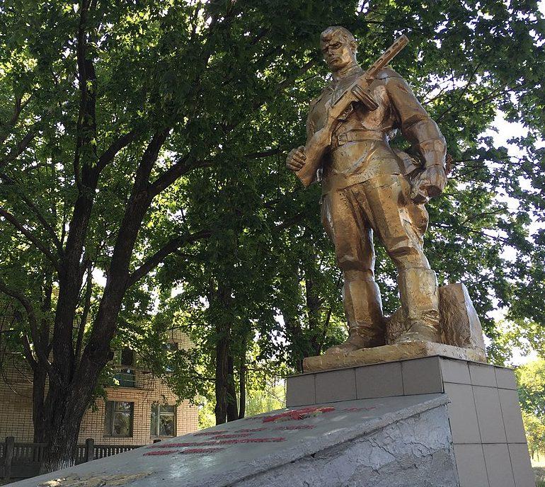 с. Лисогорка Запорожского р-на. Памятник возле школы, установленный на братской могиле, в которой похоронено 13 советских воинов.