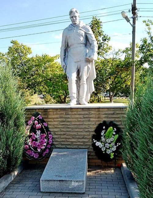 с. Малая Токмачка Ореховского р-на. Памятник, установленный на братской могиле, в которой похоронено 36 советских воинов, в т.ч. В. С. Конобаев - Герой Советского Союза.