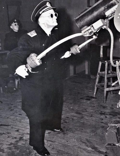 Контр-адмирал Попов у зенитного орудия на военно-морской оперативной базе Адак. Июль 1945 г.