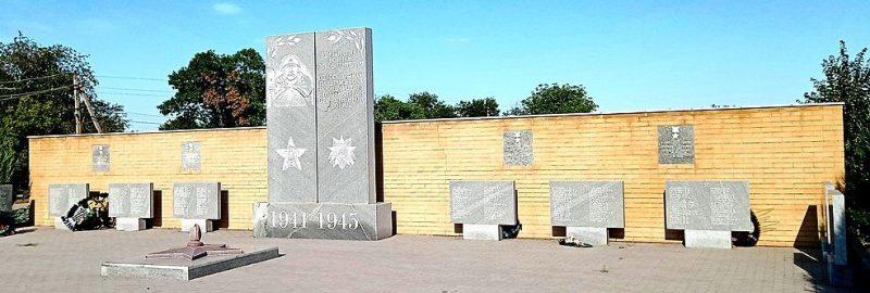с. Малая Токмачка Ореховского р-на. Памятник воинам-односельчанам.