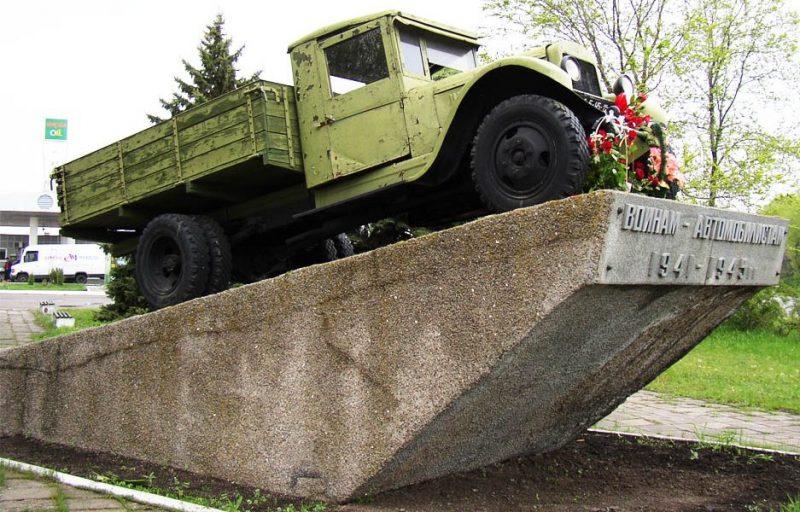 Памятник-автомобиль.