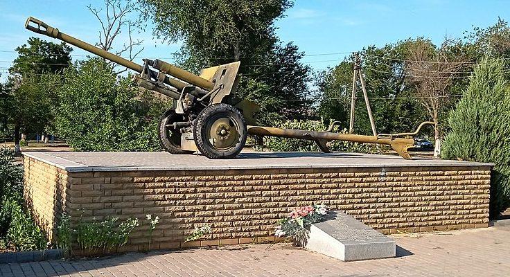с. Малая Токмачка Ореховского р-на. Памятник-пушка, установленная в честь 150-го гвардейского истребительного противотанкового артиллерийского Корсунского полка.