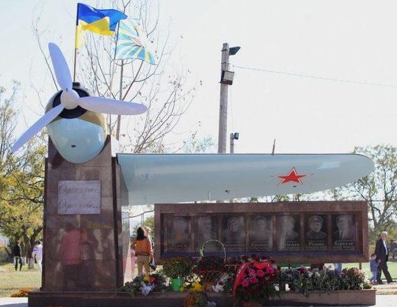 п. Малокатериновка Запорожского р-на. Мемориал советским воинам «Один класс. Одно небо».