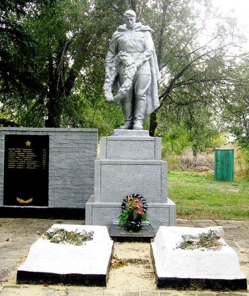с. Новопавловка Ореховского р-на. Памятник у школы, установленный у братских могил, в которых похоронено 70 советских воинов.