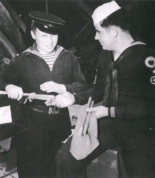 Связист ВМФ СССР проходит обучение у ВМС США в Колд-Бэй, во время «Проекта Хула». Август 1945 г.