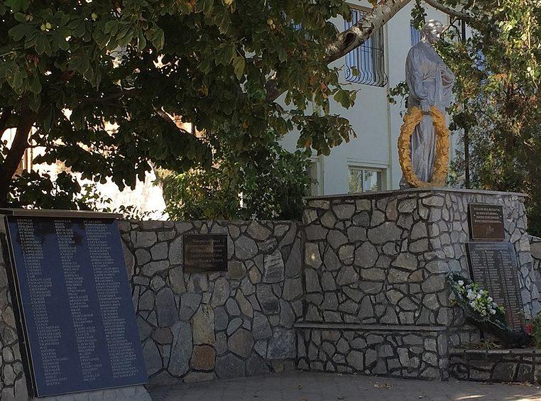 п. Малокатериновка Запорожского р-на. Памятник, установленный на братской могиле, в которой похоронено 90 советских воинов и памятник воинам-односельчанам.