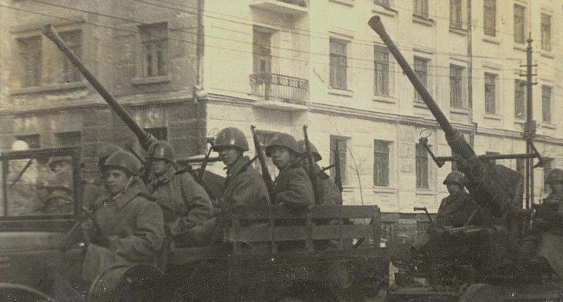 Военная техника на пути в порт для погрузки на Дальневосточный фронт. Владивосток, август 1945 г.