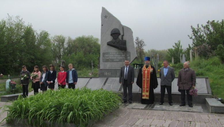 с. Широкое Васильевского р-на. Памятник на кладбище, где похоронено 354 советских воина.