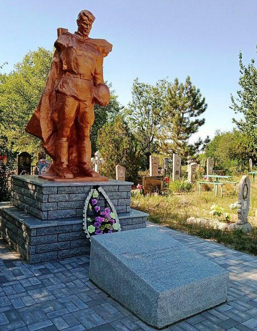 с. Новопокровка Ореховского р-на. Памятник на кладбище, установленный на братской могиле, в которой похоронено 8 советских воинов.