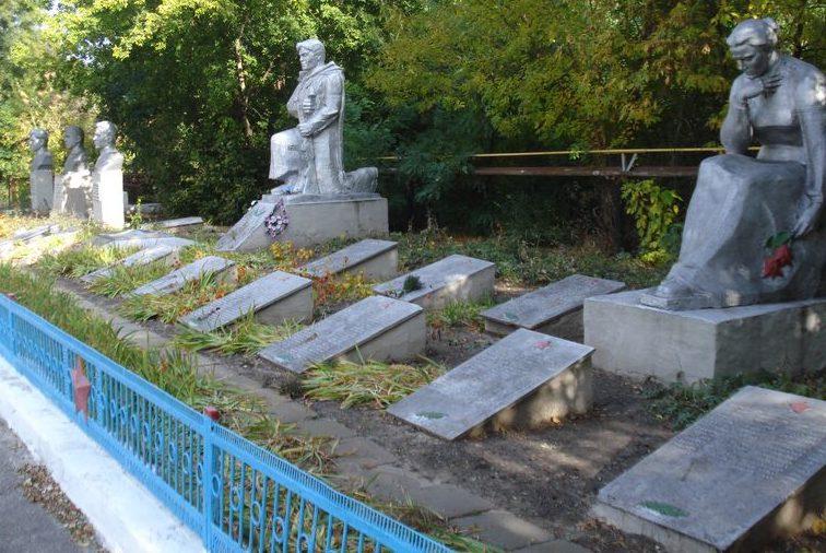Памятники и братские могилы на мемориале.