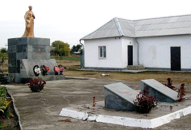 с. Новоселовка Ореховского р-на. Памятник, установленный на братской могиле, в которой похоронено 39 советских воинов.
