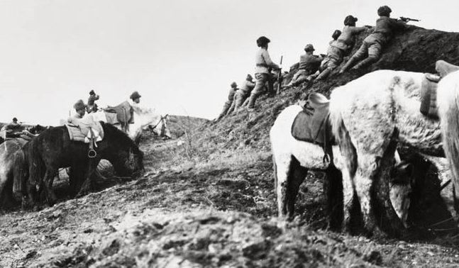 Японские кавалерийские войска на маневрах вдоль реки Амур в Маньчжоу-Го (Маньчжурия) незадолго до объявления войны Советским Союзом Японии. Август 1945 г.