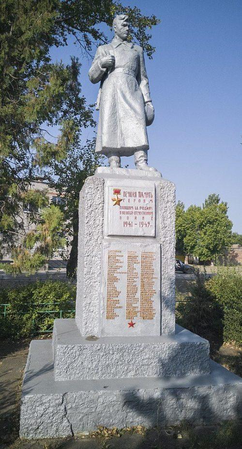 п. Новотаврическое Ореховского р-на. Памятник у школы, установленный на братской могиле, в которой похоронено 30 советских воинов.