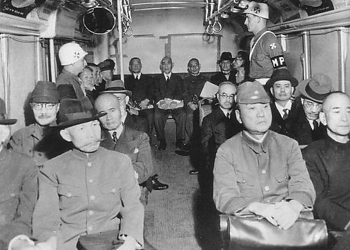 Военные преступники в автобусе. 1946 г.