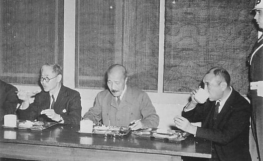 Обед обвиняемых на процессе. 1946 г.