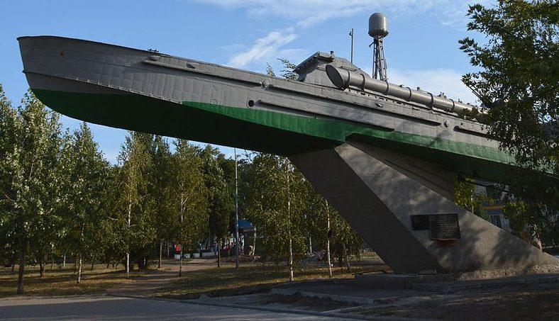 г. Бердянск. Памятный знак морякам Азовской флотилии, установленный на набережной.