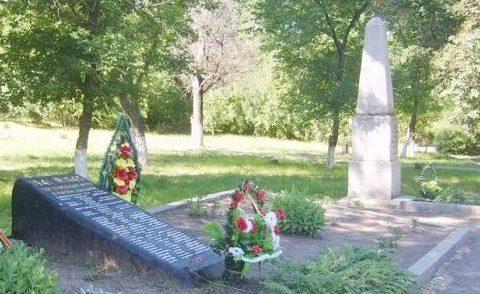 Братская могила и обелиск. Памятник, установленный на братской могиле, в которых похоронено 130 советских воинов. Здесь же находится могила Героя Советского Союза М.А. Волошина.