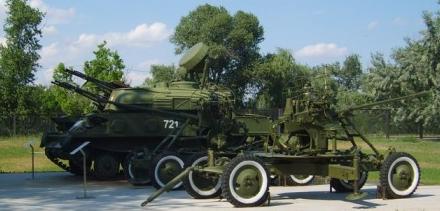 Зенитные орудия и военная техника.