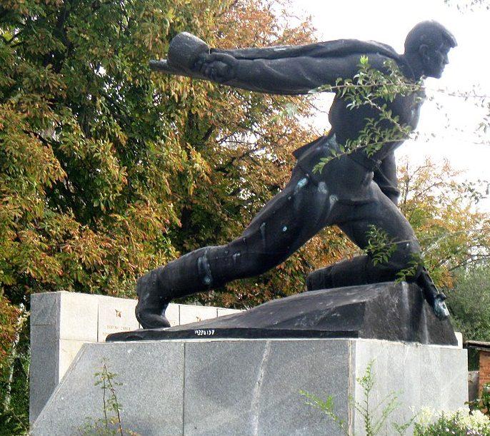 с. Омельник Ореховского р-на. Памятник, установленный на братской могиле, в которой похоронено 96 советских воинов.