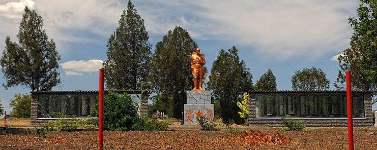 с. Великая Белозерка. Памятник, возле кладбища, установленный на братской могиле, в которой похоронено 457 советских воинов.