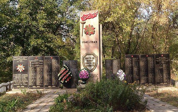 с. Нижняя Хортица Запорожского р-на. Памятник, установленный на братской могиле, в которой похоронено 386 советских воинов, среди которых Герой Советского Союза. И. Г. Черноволенко.