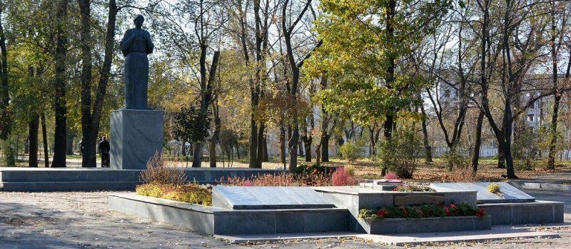 Памятник «Скорбящей матери» на мемориале.