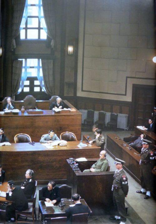 Бывший японский премьер-министр генерал Хидеки Тодзё дает показания международному трибуналу. 1946 г.