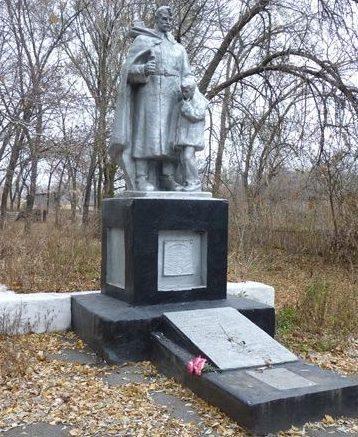 с. Николай-Поле Запорожского р-на. Памятник, установленный на братской могиле, в которой похоронено 42 советских воинов, погибших в боях за село.