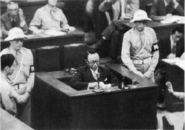 Император Манчжоу-Го дает показания в суде. 1946 г.