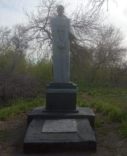 с. Николай-Поле Запорожского р-на. Памятник погибшим советским воинам.