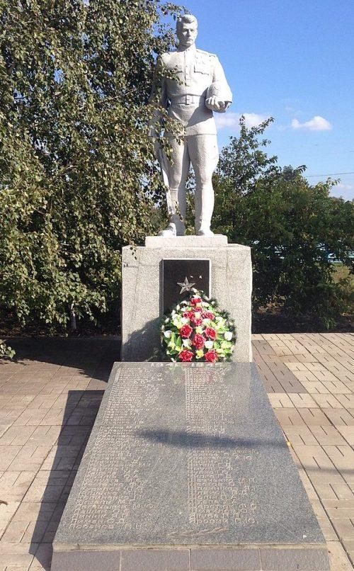 с. Новое Запорожье Запорожского р-на. Памятник, установленный на братской могиле, в которой похоронено 75 советских воинов.