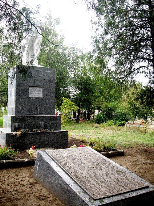 г. Орехов. Памятник на кладбище №2, установленный на братской могиле, в которой похоронено 186 советских воинов.
