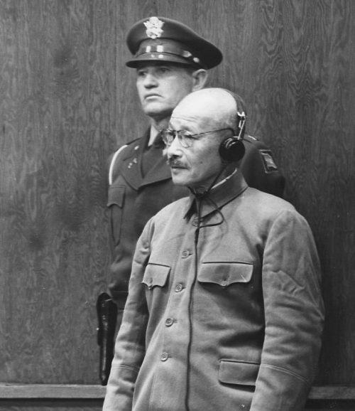 64-летний Тодзё, бывший премьер-министр и военный министр слушает смертный приговор. 1948 г.