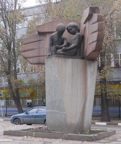 Памятник у завода.