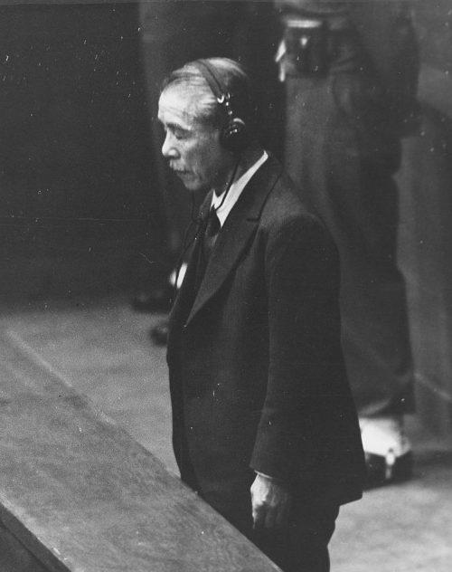 Коки Хирота слушает смертный приговор. 1948 г.