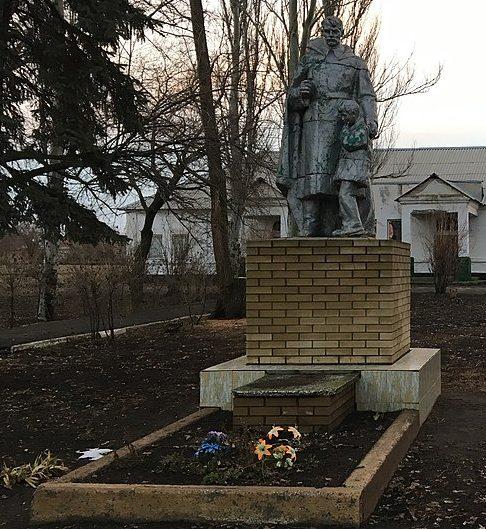 с. Новопетровка Запорожского р-на. Памятник односельчанам, погибших в боях за село.
