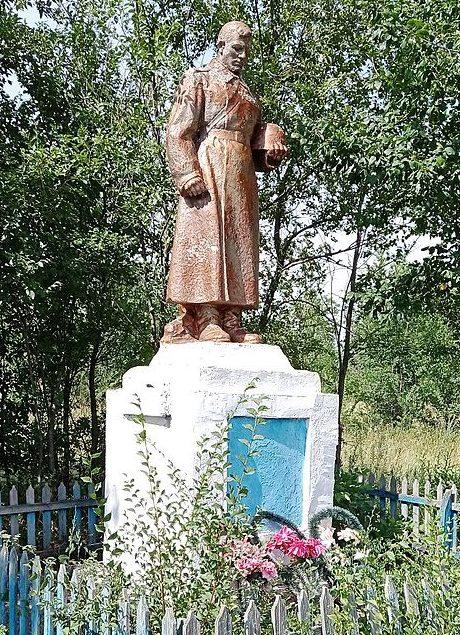 с. Свобода Ореховского р-на. Памятник воинам-односельчанам.