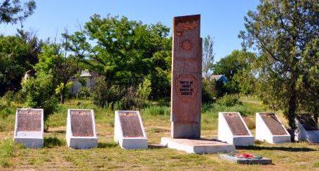 с. Великая Белозерка. Мемориал, установленный на братской могиле советских воинов.