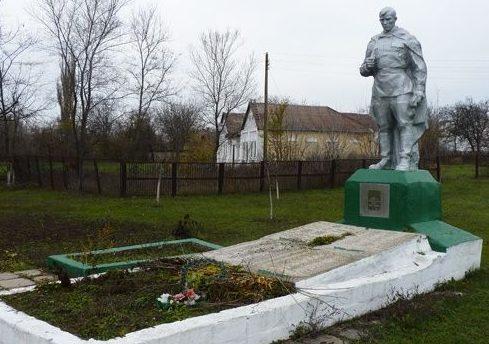 с. Новопетровка Запорожского р-на. Памятник, установленный на братской могиле воинов, погибших в боях за село.