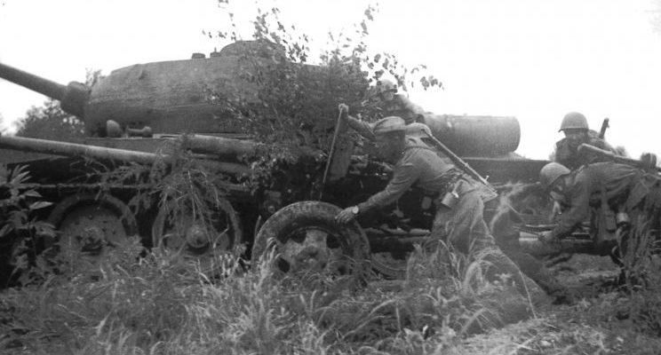 Расчет советской 76-мм пушки ЗиС-3 на Сахалине. Август 1945 г.